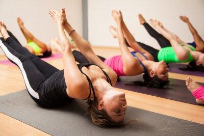 Carta da parati Gruppo di donne durante le lezioni di yoga