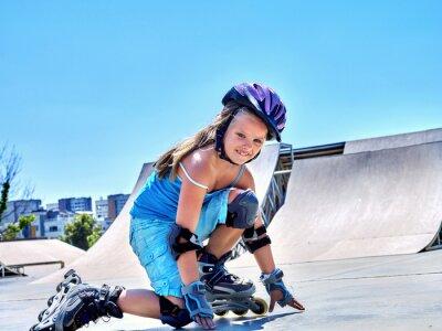 Carta da parati Guida della ragazza su pattini a rotelle in skatepark.