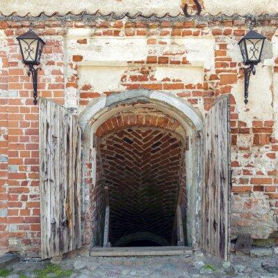 Carta da parati Ha aperto le porte di legno esposta che conducono alla prigione di un antico castello