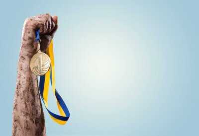 Carta da parati Hands tighten medal