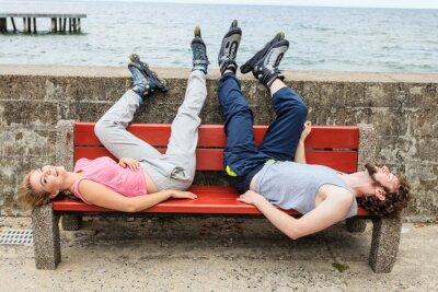 Carta da parati I giovani amici di relax su una panchina.