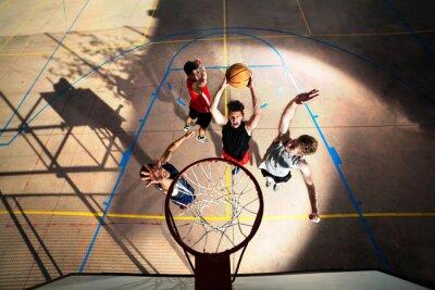 Carta da parati i giovani giocatori di basket che giocano con l'energia