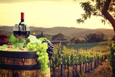 Carta da parati Il vino rosso con canna sul vigneto in verde Toscana