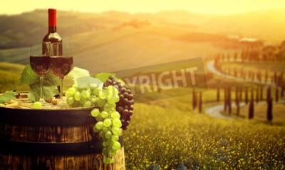 Carta da parati Il vino rosso con canna sul vigneto in verde Toscana, Italia