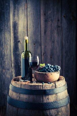 Carta da parati Il vino rosso con uve fresche sulla vecchia botte
