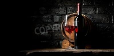 Carta da parati Il vino rosso su uno sfondo di vecchi mattoni neri