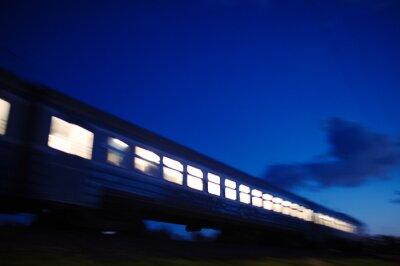 Carta da parati Illuminato treno viaggia passato la notte
