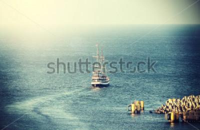 Carta da parati Immagine d'annata di vecchia nave di navigazione che lascia il porto.