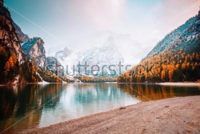 Carta da parati Immagine panoramica del lago alpino Braies (Pragser Wildsee). Posizione luogo Parco nazionale Dolomiti Fanes-Sennes-Braies, Italia, Europa. Ottima foto di selvaggio. Esplora la bellezza della terra. C