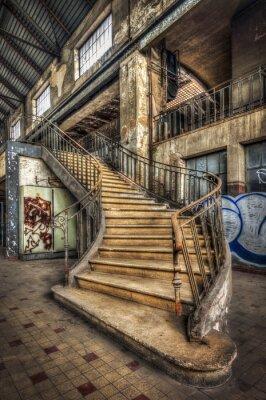Carta da parati Imponente scalinata all'interno della sala di una centrale elettrica abbandonata