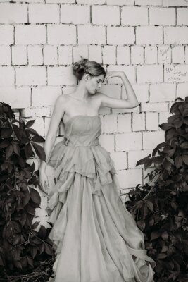 Carta da parati In bianco e nero fotografia di moda della bella ragazza in abito.