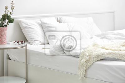 Carta da parati: Interno camera da letto con letto e fiori sul comodino