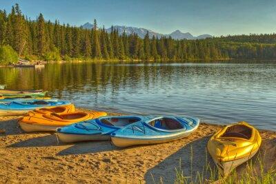 Carta da parati Kayak a Pyramid Lake nel parco nazionale di Jasper, Alberta, Canada