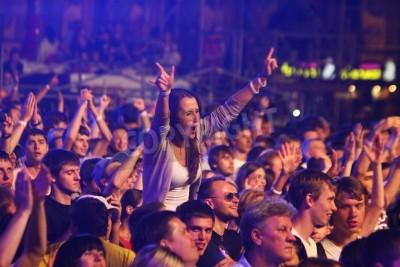 Carta da parati KYIV, Ucraina - 30 giugno 2012: persone ballano durante la regina esegue sul palco la carità Concerto anti-AIDS alla Piazza Indipendenza il 30 giugno 2012 a Kiev, Ucraina