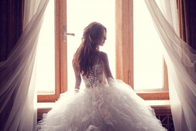 Carta da parati La bella sposa contro una finestra in casa