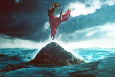Carta da parati La donna balla su una roccia nel mare
