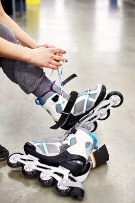 Carta da parati La donna porta pattini a rotelle in negozio di articoli sportivi