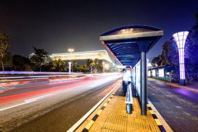 Carta da parati la stazione di autobus vicino a una strada di notte
