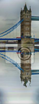 Carta da parati La torre del Tower Bridge riflettuto sul fiume