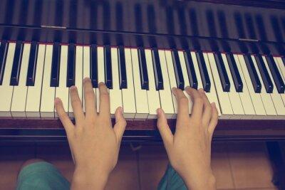 Carta da parati Le mani della ragazza sulla tastiera del pianoforte: filtro vintage