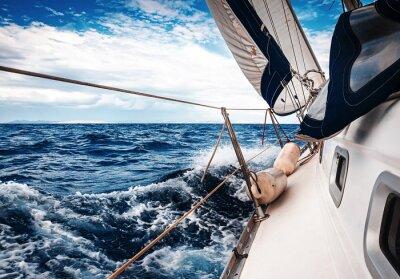 Carta da parati Le vele bianche di yacht sullo sfondo del mare e del cielo tra le nuvole
