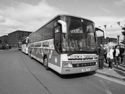 Carta da parati Liverpool, Regno Unito - intorno al giugno 2016: The Beatles Magical Mystery Tour bus in bianco e nero