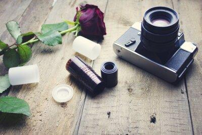 Carta da parati macchina fotografica e rosa su tavolo