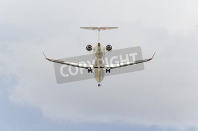 Carta da parati MADRID, SPAGNA - 14 Febbraio 2015: un aereo CRJ--Bombardier 900-, di compagnia aerea -Iberia-, sta sbarcando in aeroporto di Madrid-Barajas -Adolfo Suarez-, il 14 febbraio del 2015.