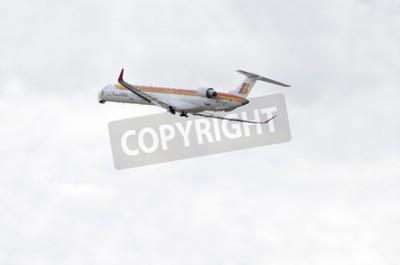 Carta da parati MADRID, SPAGNA - 14 giugno 2015: un aereo Canadair CRJ -Bombardier-1000-, di -Air Nostrum- compagnia aerea, sta decollando dall'aeroporto di Madrid-Barajas -Adolfo Suarez-, il 14 giugno del 2015.