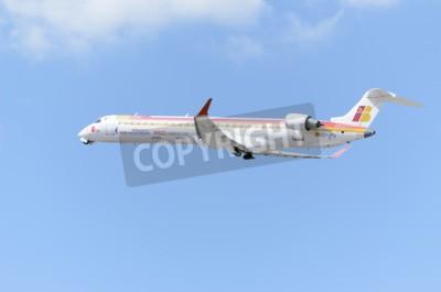 Carta da parati MADRID, SPAGNA - 14 giugno 2015: un aereo Canadair CRJ -Bombardier-900-, di -Air Nostrum- compagnia aerea, sta decollando dall'aeroporto di Madrid-Barajas -Adolfo Suarez-, il 14 giugno del 2015.