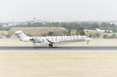 Carta da parati MADRID, SPAGNA - 8 Agosto 2015: un aereo Canadair CRJ-900 -Bombardier, di compagnia aerea -Aria Nostrum-, è lo sbarco sulla Barajas -Adolfo Suarez- Aeroporto, il 8 agosto 2015