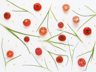 Carta da parati Mangiare un modello di pomodori freschi e cipolle verdi. Sfondo di cibo vegetale. Tagliare i pomodori su uno sfondo bianco.