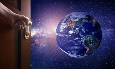 Carta da parati mano apre porta della stanza vuota sul pianeta Terra dallo spazio. Alcuni