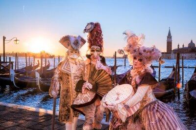 Carta da parati maschere di carnevale contro il sorgere del sole a Venezia, Italia