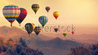 Carta da parati Mongolfiera sopra l'alta montagna al tramonto