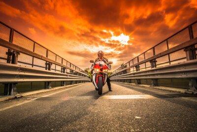 Carta da parati Moto da strada pronta alla Partenza Sotto un cielo rosso al tramonto