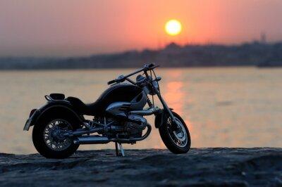 Carta da parati Moto sulle rocce nel tramonto e dorati ore