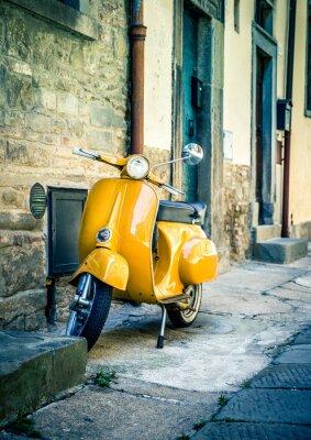 Carta da parati motorino giallo in toscana città di Cortona