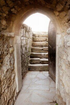 Carta da parati Muro di pietra con porte e raggi di luce dietro aperto