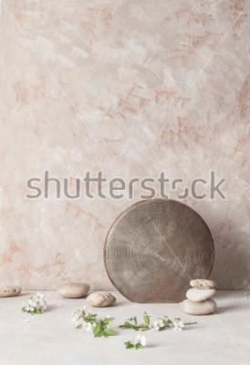 Carta da parati Natura morta con fiori, pietre e vaso in ceramica a rilievo sul fondo della parete con texture in stile wabi-sabi. Messa a fuoco selettiva