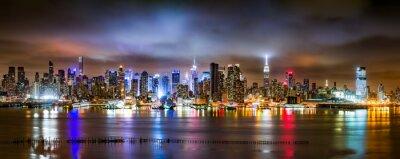 Carta da parati New York City Panorama su una notte nuvolosa visto dal New Jersey attraverso il fiume Hudson