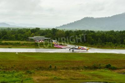 Carta da parati Nok Air Bombardier Dash 8 Q tipo 400 aerei decollare per il taxi a Ranong Aeroporto in giorno piovoso giugno 172558