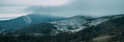 Carta da parati nuvole di pioggia sopra cresta della montagna