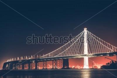 Carta da parati Oakland Bay Bridge di notte. San Francisco - Oakland, California, Stati Uniti.