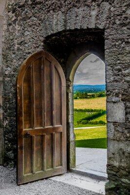 Carta da parati Offenes Schweres Tor mit Blick auf Irische Landschaft