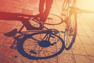 Carta da parati Ombra sul marciapiede, uomo biciclette Spingendo
