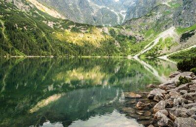 Carta da parati Paesaggio del lago di montagna sullo sfondo delle montagne rocciose