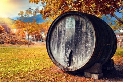 Carta da parati Paesaggio di caduta con il vecchio barilotto di vino di legno