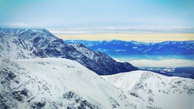 Carta da parati Paesaggio invernale di alte montagne innevate