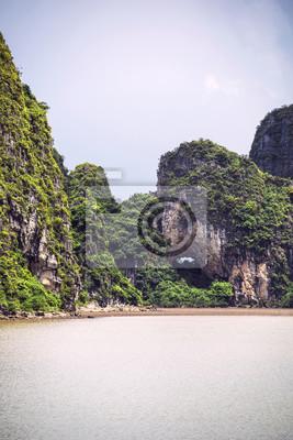 Carta da parati Paesaggio pittoresco del mare. Ha Long Bay, Vietnam